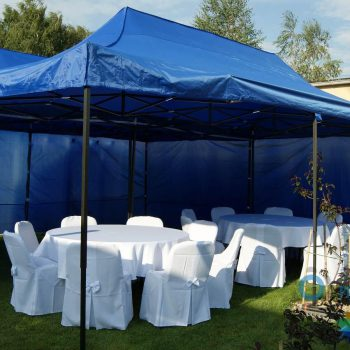 Dwa połączone namioty niebieskie 3x6m, 10 do 20 osób, wariant z stołami okrągłymi